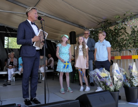 Daniel Schützer meddelade att årets Clarapris tilldelas klass 5 vid Smolmarks skola, med enskilt bokpris till eleverna Felicia Spjut, Milton Mikaelson, Emelie Persson.
