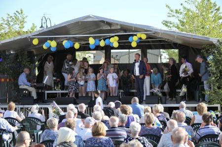 Daniel Schützer tackade alla som kommit till Claras torg för att fira Sveriges Nationaldag.