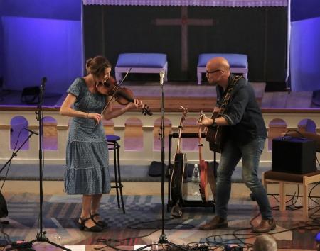 """Maria Larsson och Per-Eric """"Pärra"""" Eriksson inledde konserten."""