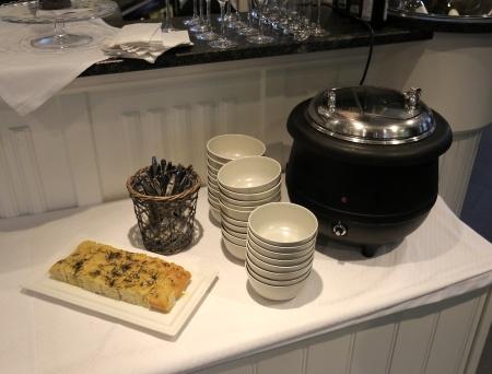 Gästerna serverades soppa med tilltugg.
