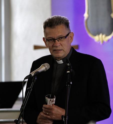 Kyrkoherde Rune Wallmyr hälsade alla välkomna till avslutningskonserten i Karlanda kyrka.