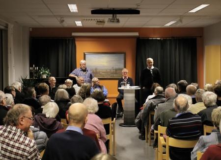 Tjf kommunalråd Lennart Nilsson tackade tankesmedjan och förklarade fjärde boken släppt - genom att släppa en bok i golvet.