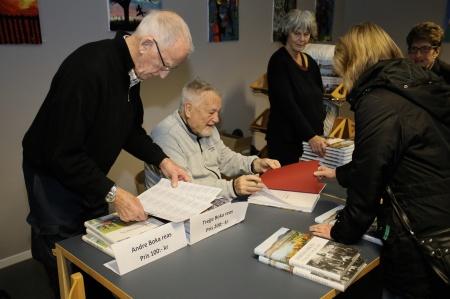 Många ville köpa ett signerat exemplar av den nya boken.