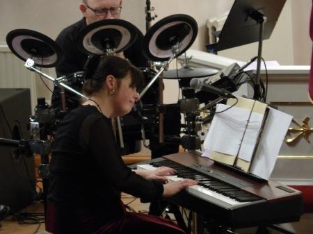 Mathilda Röjdemo vid pianot.