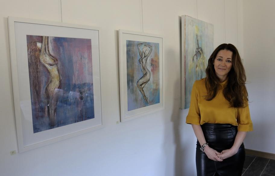 19 april 2019 - Nu har årets Konstrunda i Årjängs kommun startat. På bilden konstnären Veronica Ruus. Fler bilder kommer.