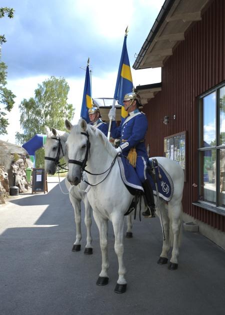 Beridna Högvakten från Stockholm stod utanför Nordiska Travmuseet.