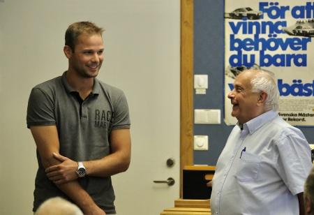 Åke Svanstedt bedriver travverksamhet i USA och kunde på grund av ett intensivt program inte komma till Nordiska Travmuseet denna dag. Hans son Anders Svanstedt fick träda in och representera sin far.