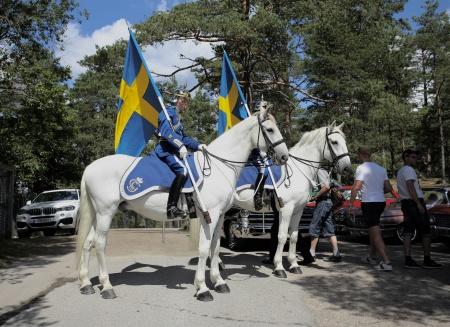 Beridna Högvakten stod redo att leda kortegen av bilar med hedersgästerna från Nordiska Travmuseet, ut på travbanan till vinnarcirkeln för att ta emot folkets hyllningar.