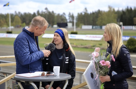 Emma Sanamon hyllades i vinnarcirkeln på Årjängstravet, för flest segrar i ponnytravet 2018.