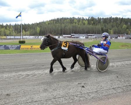Ponnykampen - Emmeros Isadora med Herman Sundbom i sulkyn tävlade för Axevalla.