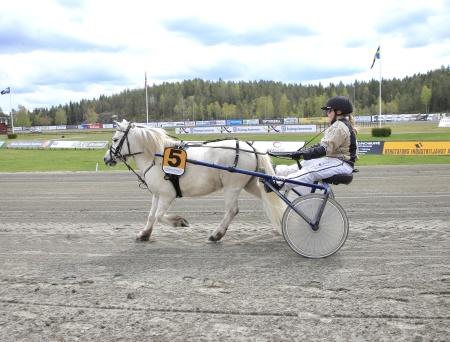 Ponnykampen - Emmeros Alladin med Lisa Persson Lunde i sulkyn tävlade för Färjestad.