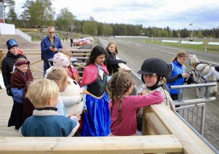 Ponnykampen - I vinnarcirkeln väntade kompisarna i Team Färjestad.