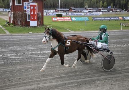 Ponnykampen - Så Söt med Alva Larsson i sulkyn.