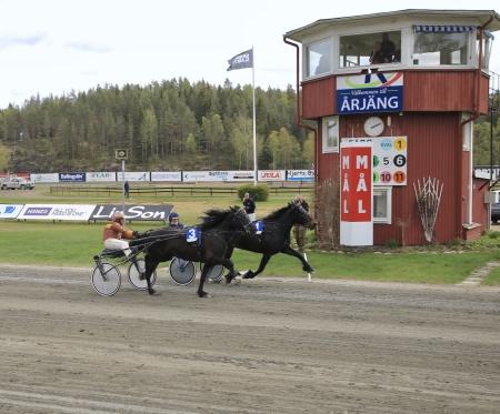 Frida Scott med Dagfinn Aarum i sulkyn vann lopp 2.