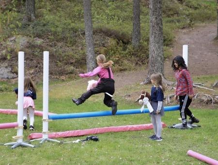 Hoppning med käpphäst är också populärt.