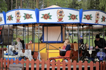 Åka karusell är också roligt.