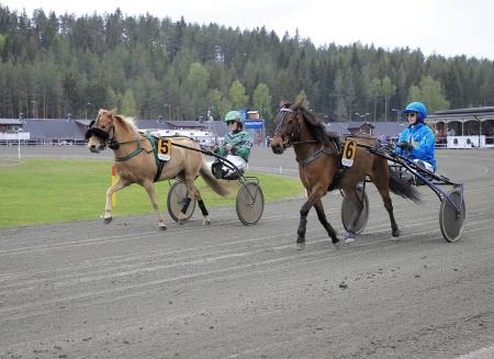 5. Skogens Tuva med Anni Magnusson i sulkyn, 6. Skotts Amaretto med Frida Lövgren i sulkyn.