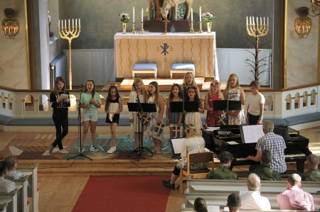 Programmet i kyrkan avslutades med psalm 199 - Den blomstertid nu kommer . . .