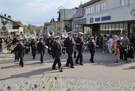 Musikkåren Askim Janitsjar ledde kortegen från kyrkan till Claras torg, där firandet fortsatte.