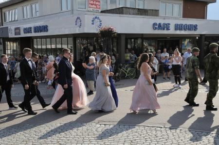 Studenterna från Årjängs gymnasieskola gick med i kortegen.
