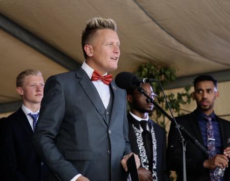 Daniel Schützer, kommunstyrelsens ordförande, talade till studenterna och gav viktiga råd inför kvällens studentsfest.