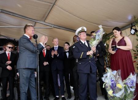 Daniel Schützer tackade musikkåren med blommor.