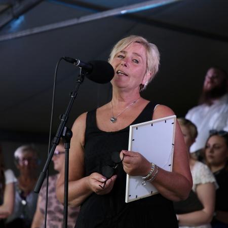 Kristina Kristiansson (S), ordförande i Kultur- och frtitidsnämnden, presenterade Roar Tangenes, årets mottagare av Ungdomsledarstipendiet.