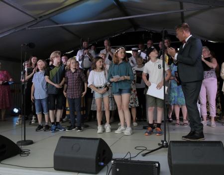 Daniel Schützer presenteraed årskurs 5 vid Signebyns friskola, mottagare av Clarapriset 2019.