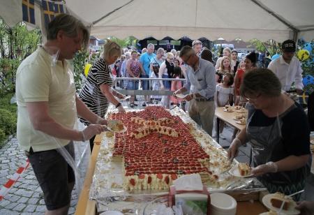Firandet på Claras torg avslutades med tårtkalas.