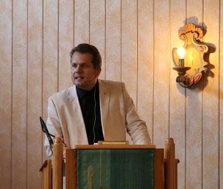 Tony Danielsson hälsade alla välkomna till Östervallskogs kyrka och konserten med Duo Sentire och The Hebbe Sisters.