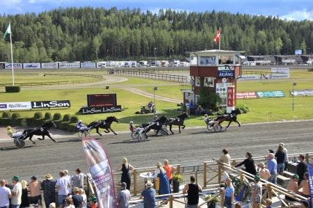 Spang Express med Mikael J Andersson leder ut på första varvet.