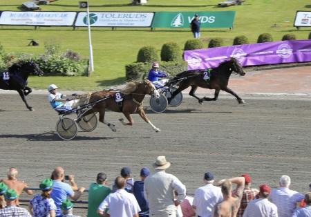 Klocksve Sprinten med Torbjörn Jansson leder på upploppet men U.R.Faxe med Örjan Kihlström kommer snabbt och når till slut mållinjen först.
