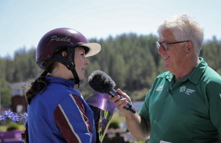 Paula Christensson intervjuas efter segern med Jas Gripen i Årjängs Lilla Sprinterlopp 2018.