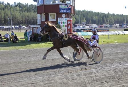Alm Nagano med Kristian Lindberg i sulkyn.
