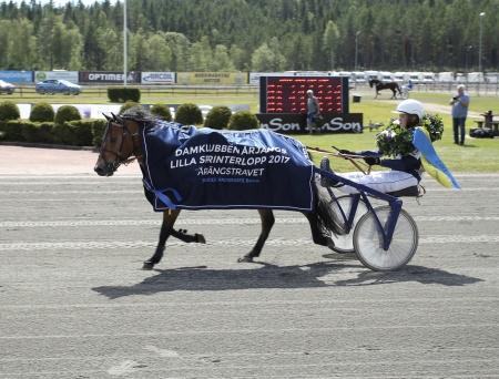 Allgunnens Face med Alicia Larsson i sulkyn vann Årjängs Lilla Sprinterlopp 2017.