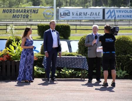 Alf Albinsson, ordförande i Nordmarkens Travsällskap, hälsade alla välkomna till travfesten på Sveriges vackraste travbana.