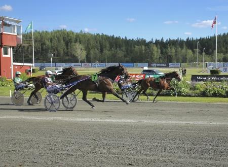 Cab Hornline med Per Lennartsson i sulkyn vann Hall of Fame:s lopp.