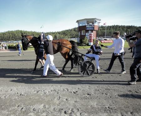 Dante Boko fick segertäcke och Adrian Kolgjini blev intervjuad efter segern i Årjängs Stora Sprinterlopp.