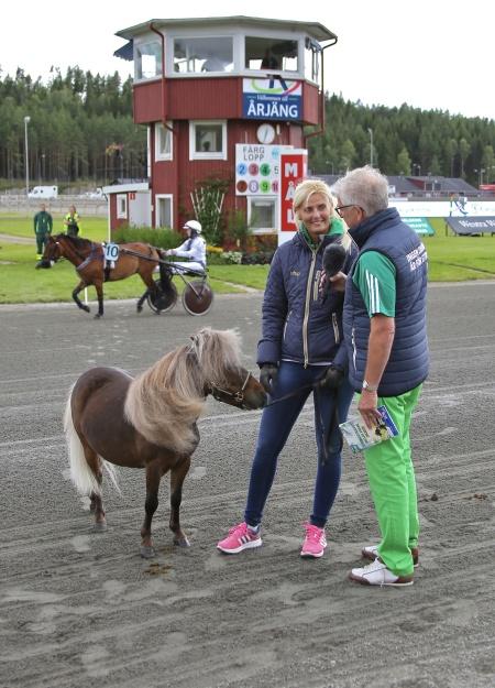 Miniatyrhästen Vinnie kom på besök till Årjäng. Vinnie är känd från ATG:s reklam i TV.