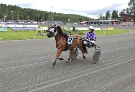 Årjängs Lilla Sprinterlopp - nr 2 Gina B.T. med kusken Evelina Jonsson.