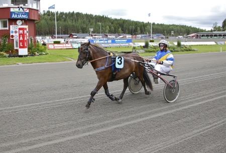 Årjängs Lilla Sprinterlopp - nr 3 Lacerta med kusken Anjela Smedhult.