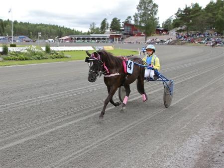 Årjängs Lilla Sprinterlopp - nr 4 Kaffi med kusken Lisa Olsson.