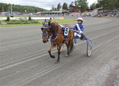 Årjängs Lilla Sprinterlopp - nr 5 Zixten Mo med kusken Julia Jacobsson.