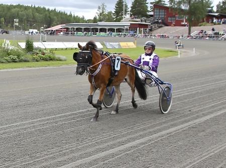 Årjängs Lilla Sprinterlopp - nr 7 Cleo med kusken Elin Jcobsson.