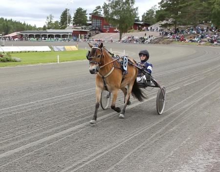 Årjängs Lilla Sprinterlopp - nr 8 Öjebos Magnus med kusken Caroline Mattsson.