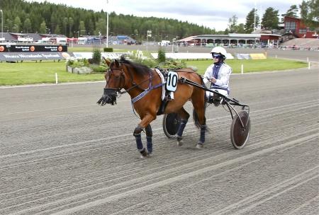 Årjängs Lilla Sprinterlopp - nr 10 Ljungens Pärla med kusken Jonna L. Jacobsson.