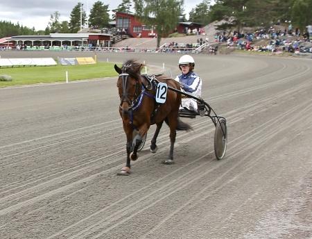 Årjängs Lilla Sprinterlopp - nr 12 Te-quila med kusken Caroline Svensson.