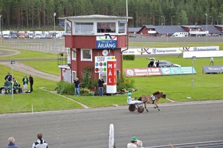 Målgång i Årjängs Lilla Sprinterlopp, segrade gjorde häst nr 11 Eragon med Emma Smedeby i sulkyn.