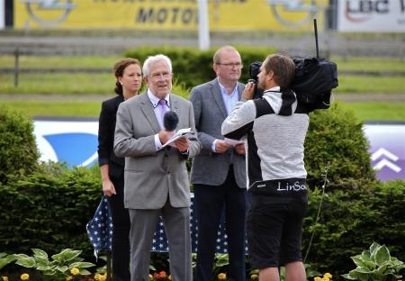 Alf Albinsson, ordf. i Nordmarkens Travsällskap, inledde invigningsceremonin.