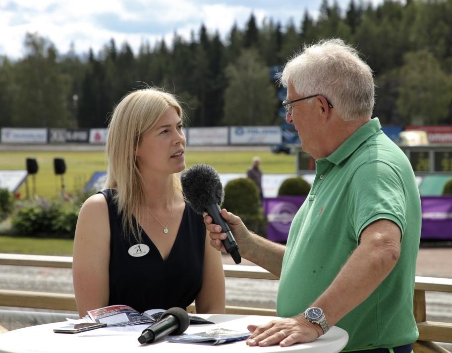 Travbanechefen Johanna Karlin intervjuades av dagens speaker Hans G. Lindskog.